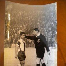 Coleccionismo deportivo: FOTO DEL PARTIDO VALENCIA Y ESPAÑOL, JUGADOR DEL ESPAÑOL RE, DISCUTIENDO CON ARBITRO.FOTO DE FINEZAS. Lote 36557584
