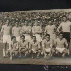 Coleccionismo deportivo: FOTOGRAFIA - PLANTILLA DE FUTBOL - AÑOS 50-60 - DESCONOZCO EL EQUIPO - . Lote 36696411