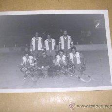 Coleccionismo deportivo: REAL CLUB DEPORTIVO ESPANYOL ANTIGUA FOTOGRAFIA 1977 EQUIPO DE HOCKEYSOBRE PATINES 13,5X9 CM. . Lote 36907816
