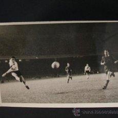 Coleccionismo deportivo: UNA JUGADA EN PARTIDO DEL BARCELONA - FOTOGRAFIA CARLOS PEREZ DE ROZAS. Lote 37442233