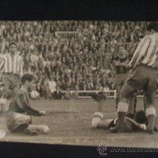 Colecionismo desportivo: LA FURIA DE CZIBOR NO PUEDE CON LA PARADA DE VICENTE - FOTOGRAFIA CARLOS PEREZ DE ROZAS. Lote 37442480