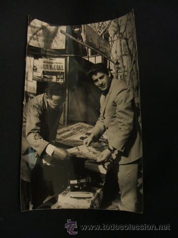 FOTOGRAFIA A. CAMPAÑA - JUGADOR VICEDO COMPRANDO LA PRENSA - (Coleccionismo Deportivo - Documentos - Fotografías de Deportes)