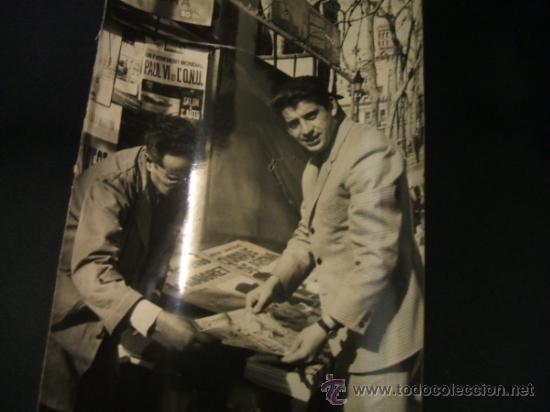 Coleccionismo deportivo: FOTOGRAFIA A. CAMPAÑA - JUGADOR VICEDO COMPRANDO LA PRENSA - - Foto 2 - 37800704