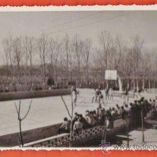Coleccionismo deportivo: FOTOGRAFIA - ++ ¿LA RECONOCE ? ++ PARTIDO DE BALONCESTO - FOT. G. VERA / BADALONA - AÑOS 50 - RD11 . Lote 38616263