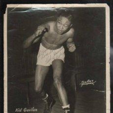 Coleccionismo deportivo: CUBA. FOTOGRAFIA DEL BOXEADOR KID GAVILAN CAMPEON DEL MUNDO 1951. DEDICADA Y FIRMADA. 25 X 20CM.. Lote 39293591
