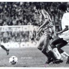 Coleccionismo deportivo: SEVILLA - REAL MADRID, PRINCIPIOS 80, STIELIKE Y PINTINHO.FOT.RUESGA BONO,176X126MM. Lote 39177264