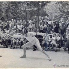 Coleccionismo deportivo: FOTOGRAFIA,CIRCA 1950 , DE UN COMBATE DE ESGRIMA,MAGNIFICA,240X165MM. Lote 39328555