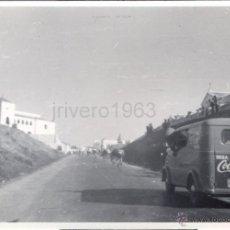 Coleccionismo deportivo: VUELTA CICLISTA ESPAÑA, PRINCIPIOS AÑOS 60,FURGONETA COCA COLA,100X70MM. Lote 40201358