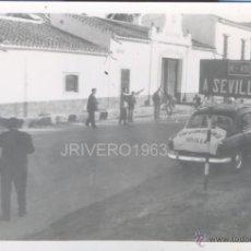 Coleccionismo deportivo: SANTIPONCE, AÑOS 60, LA VUELTA CICLISTA A ESPAÑA ATRAVESANDO EL PUEBLO, COCA COLA,103X72MM. Lote 40238875