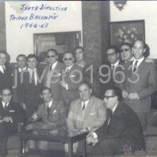 Coleccionismo deportivo: SEVILLA,1967, DIRECTIVA DEL TRIANA BALOMPIE, FILIAL DEL BETIS, FIRMADA, RARISIMA,175X115MM. Lote 40379359