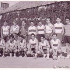 Coleccionismo deportivo: SEVILLA - BALONCESTO - FOTOGRAFIA DEL EQUIPO DE EL CANO CON SU RIVAL DE ESE DIA. - AÑOS 50. Lote 40806978