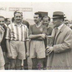 Coleccionismo deportivo: FOTO DEL FOTOGRAFO CARLOS PEREZ DE ROZAS DE BARCELONA - VETERANOS DEL REAL CLUB DEPORTIVO ESPAÑOL . Lote 41098975