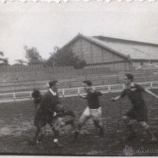 Coleccionismo deportivo: PARTIDO DE FUTBOL CREO DE LA ZONA DE MADRID HACIA 1940 - FOTOGRAFIA ANTIGUA FUTBOLISTAS. Lote 42239833