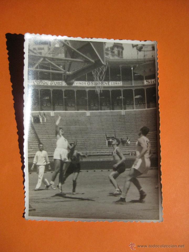 FOTOGRAFIA PARTIDO DE BALONCESTO EN LA PLAZA DE TOROS DE VALENCIA (Coleccionismo Deportivo - Documentos - Fotografías de Deportes)