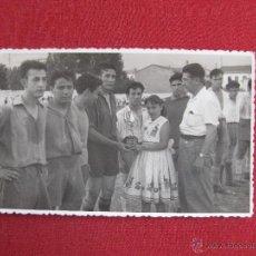 Coleccionismo deportivo: FUTBOL. FOTOGRAFIA ENTREGA DE PREMIOS. Lote 42775127
