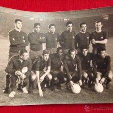 Coleccionismo deportivo: ANTIGUA FOTOGRAFIA PLANTILLA BARCELONA BARÇA AÑOS 60 70 MIGUEL REINA BENITEZ REXACH PUJOL PEREDA. Lote 45169736
