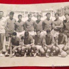 Coleccionismo deportivo: ANTIGUA FOTOGRAFIA PLANTILLA DE FUTBOL DESCONOZCO EL EQUIPO AÑOS 60 70. Lote 45169777