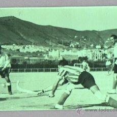 Coleccionismo deportivo: FOTO DEL UNOS JUGADORES DE HOCKEY SOBRE HIERBA - FOTO ARRUGA DE BARCELONA. Lote 45672515