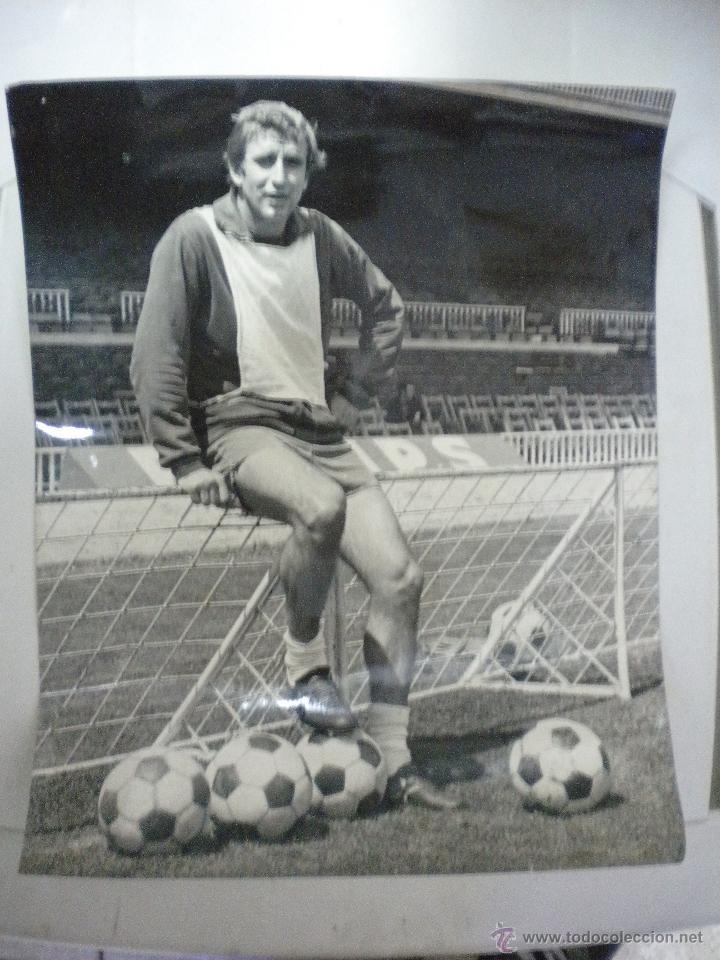 GRAN FOTOGRAFIA DE CARLES REIXACH JUGADOR DEL FUTBOL CLUB BARCELONA. (Coleccionismo Deportivo - Documentos - Fotografías de Deportes)