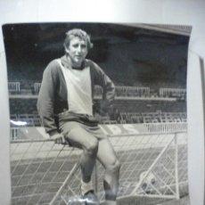 Coleccionismo deportivo: GRAN FOTOGRAFIA DE CARLES REIXACH JUGADOR DEL FUTBOL CLUB BARCELONA.. Lote 46031932