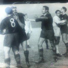 Coleccionismo deportivo: IMPRESIONANTE FOTO GRANDE FUTBOL CLUB FC BARCELONA F.C BARÇA CF REAL MADRID JUGADORES KUBALA SUAREZ. Lote 46591214