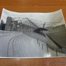 Coleccionismo deportivo: FOTOGRAFÍA CAMPO DE LAS CORTS DEL FUTBOL CLUB BARCELONA. CAMP DE LES CORTS. 1946. 24X32 CM.. Lote 46716384