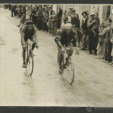 Coleccionismo deportivo: CICLISMO - VOLTA CICLISTA A CATALUNYA AÑO 1935 - FOTOGRAFIA BADOSA - MIDE 11,5 X 17 CM. - (F-887). Lote 47146049