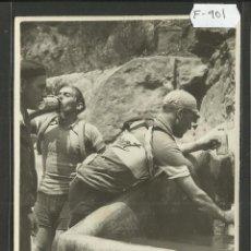 Coleccionismo deportivo: CICLISMO - VOLTA CICLISTA A CATALUNYA AÑO 1935 - FOTOGRAFIA BADOSA - MIDE 11,5 X 17 CM. - (F-901). Lote 47146241