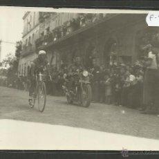 Coleccionismo deportivo: CICLISMO - VOLTA CICLISTA A CATALUNYA AÑO 1935 - FOTOGRAFIA BADOSA - MIDE 11,5 X 17 CM. - (F-911). Lote 47146361
