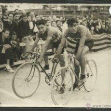 Coleccionismo deportivo: CICLISMO - VOLTA CICLISTA A CATALUNYA AÑO 1935 - FOTOGRAFIA BADOSA - MIDE 11,5 X 17 CM. - (F-926). Lote 47146907