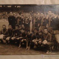 Coleccionismo deportivo: FOTOGRAFIA BARCELONA CLUB DE FUTBOL, AÑOS 50 ???, 34,5X25CM. Lote 47270247