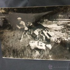 Coleccionismo deportivo: VOLTA CICLISTA CATALUNYA 1964 - LOS CORREDORES CALMAN SU SED EN UNA ACEQUIA - FOTO ALGUERSUARI. Lote 47919105