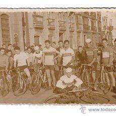 Coleccionismo deportivo: CICLISMO.CÁDIZ.FOTOGRAFIA DE VARIOS CICLISTAS.AÑOS 40-50.. Lote 48198437