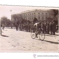 Coleccionismo deportivo: CICLISMO.CÁDIZ.FOTOGRAFIA DE UNA CARRERA CICLISTA.AÑOS 40-50.. Lote 48198514
