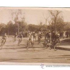 Coleccionismo deportivo: CICLISMO.CÁDIZ.FOTOGRAFIA DE UNA CARRERA CICLISTA.AÑOS 40-50.. Lote 48198529