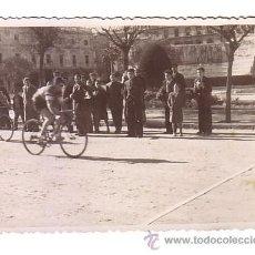 Coleccionismo deportivo: CICLISMO.CÁDIZ.FOTOGRAFIA DE UNA CARRERA CICLISTA.AÑOS 40-50.. Lote 48198538