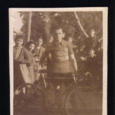 Coleccionismo deportivo: CICLISMO.CÁDIZ.FOTOGRAFIA DE UN CICLISTA DEL EQUIPO DE CATALUÑA.AÑOS 40-50. Lote 48198233