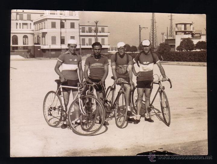 CICLISMO.CÁDIZ.FOTOGRAFIA DE UN EQUIPO CICLISTA.AÑOS 40-50. (Coleccionismo Deportivo - Documentos - Fotografías de Deportes)