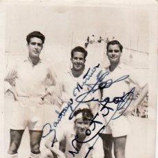 Coleccionismo deportivo: ANTIGUA FOTOGRAFIA FUTBOLISTAS - FUTBOL - FOTO REPORTAJES GONZALEZ - CADIZ - DEDICADA Y FIRMADA. Lote 48386570