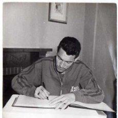 Coleccionismo deportivo: FC BARCELONA. BARÇA. LIGA 1958-59. FOTO ORIGINAL. JUGADOR SEGARRA. 2 FOTOS 18 X 13 CTMS.. Lote 48810208