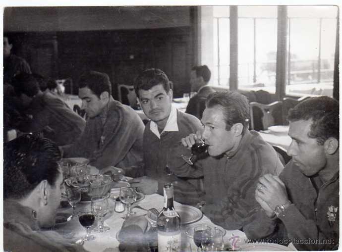 Coleccionismo deportivo: FC BARCELONA. Barça. Liga 1958-59. 9 Fotos ORIGINALES.de una concentración. 18 x 13 ctms. - Foto 3 - 48810712