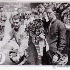 Coleccionismo deportivo: FOTOGRAFIA ORIGINAL. AÑOS 1960S. 18 X 12 CTMS. VENCEDOR GRAN PREMIO DE VELOCIDAD. MOTOCICLISMO. Lote 48845808