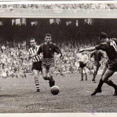 Coleccionismo deportivo: GOL DE BASORA. CF BARCELONA-ATHLETIC DE BILBAO. CAMP NOU. ARCHIVO PEREZ DE ROZAS. FOTO ORIGINAL. Lote 49192456