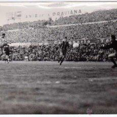 Coleccionismo deportivo: ATLETICO MADRID-FC BARCELONA. ESTADIO METROPOLITANO. FOTO EUROPA PRESS. MARZO 1963. 18 X 13 CTMS. Lote 49449175