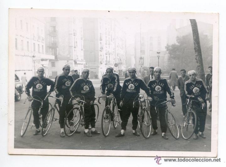 EQUIPO CICLISTA DEL BAR LAS BANDERAS, BARCELONA, CON JOSÉ PÉREZ FRANCÉS Y OTROS, 1955 ? 10 X 7 CM (Coleccionismo Deportivo - Documentos - Fotografías de Deportes)