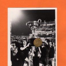 Coleccionismo deportivo: FOTO, JUGADORES BARCELONA LEVANTANDO EL TROFEO DE CAMPEON DEL COSTA DEL SOL ,AÑO 77.TAMAÑO:12,5X17,5. Lote 50918809