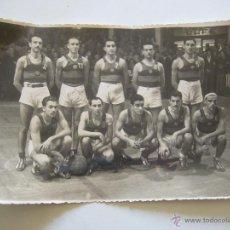 Coleccionismo deportivo: FOTOGRAFÍA ORIGINAL DEL EQUIPO DE BALONCESTO DEL F.C. BARCELONA. AÑOS 40. Lote 51996565