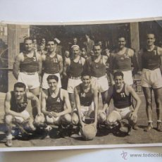 Coleccionismo deportivo: FOTOGRAFÍA ORIGINAL DEL EQUIPO DE BALONCESTO DEL F.C. BARCELONA. 40´ PARTIDO CONTRA EL AT. DE MADRID. Lote 52000065