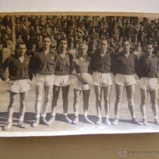 Coleccionismo deportivo: FOTOGRAFÍA ORIGINAL DEL EQUIPO DE BALONCESTO DEL F.C. BARCELONA. AÑOS 40 CAMPEÓN DE CATALUNYA. Lote 52000175