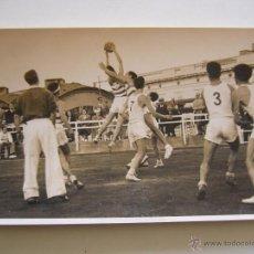 Coleccionismo deportivo: FOTOGRAFÍA ORIGINAL DE PARTIDO DE BALONCESTO DEL R.C.D. ESPAÑOL CONTRA EL REAL MADRID C.F. AÑO 1940. Lote 52000349